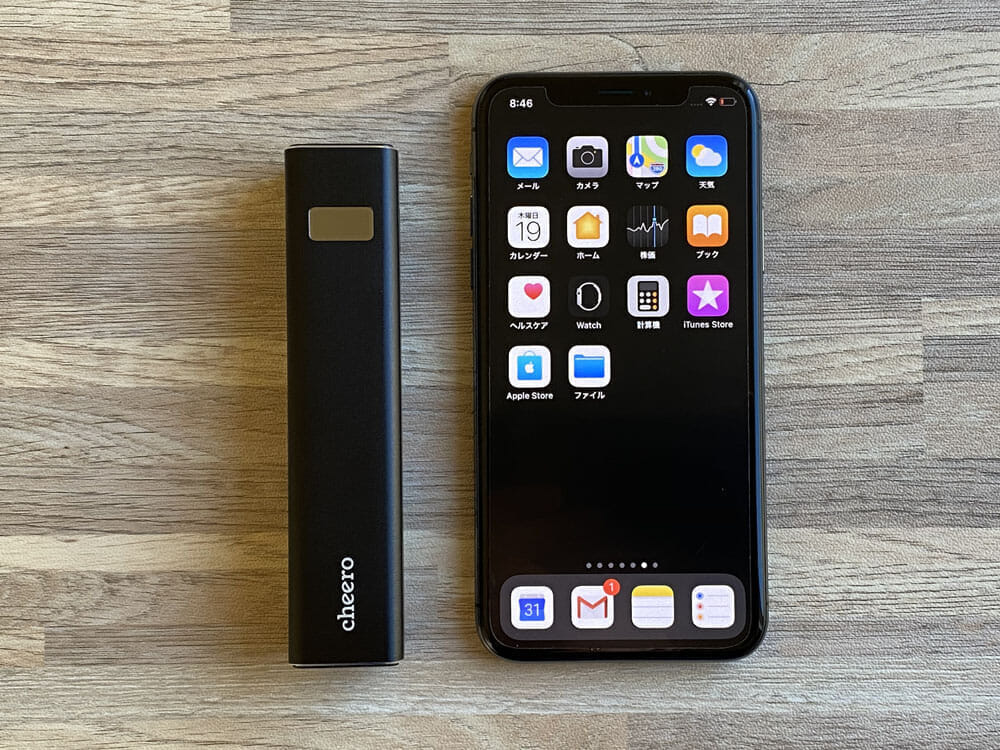 【Cheero Power Plus 5 Stickレビュー】わずか125gの超軽量小型!PD対応18W急速充電も可能で蓄電残量のデジタル表示が嬉しいUSB-Cモバイルバッテリー|外観:iPhone Xと並べても、この小ささ。