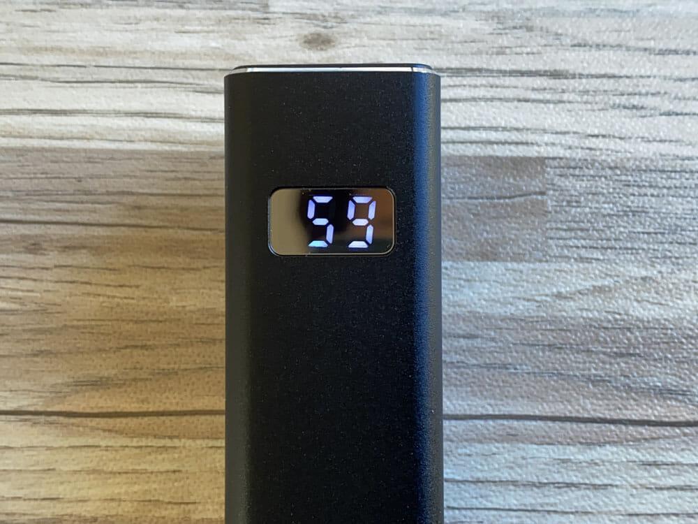 【Cheero Power Plus 5 Stickレビュー】わずか125gの超軽量小型!PD対応18W急速充電も可能で蓄電残量のデジタル表示が嬉しいUSB-Cモバイルバッテリー|外観:バッテリー残量はこのように表示されます。 かなり鮮明に表示されるので、見にくいと感じることはないでしょう。