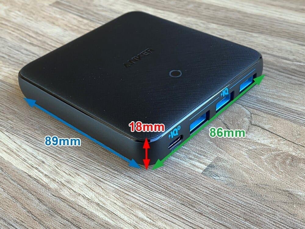 【Anker PowerPort Atom III Slim(Four Ports)レビュー】超軽量薄型のモバイル向け多ポート急速充電器!持ち運び最強の合計65W高出力を誇るPD急速充電器|外観:製品のサイズは89×86×18mmと薄さが際立ってますね。