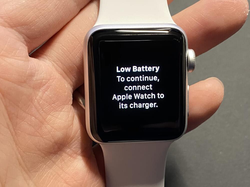 【アップルウォッチ シリーズ3レビュー】ワークアウト&ダイエット目的は旧モデル・アップルウォッチシリーズ3がおすすめ|アップルペイ・モバイルSuicaも便利|セットアップ方法:本体を充電する:まずは商品開封後、速やかに「アップルウォッチ シリーズ3」を充電しましょう。
