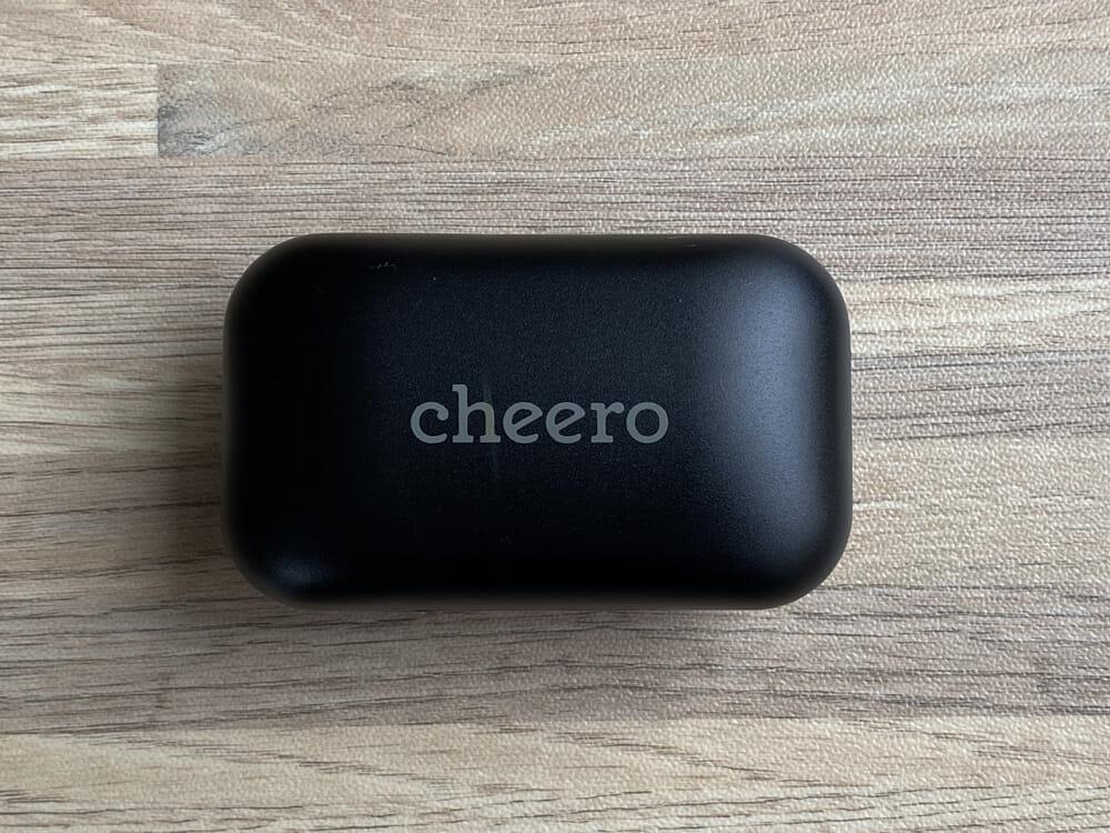 【Cheero Wireless Earphones (CHE624)レビュー】超高コスパなCheero製完全ワイヤレスイヤホン!必要十分な性能と良心価格で入門機に最適|外観:充電ケースは「Cheero」という印字が印象的。