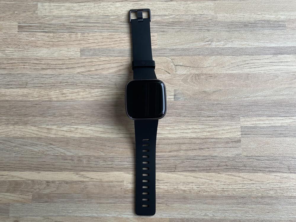【Fitbit スマートウォッチ Versa2レビュー】セットアップ簡単!エクササイズに最適なフィットビット最上級スマートウォッチ|アプリの睡眠管理機能も優秀!|外観:大きめの液晶画面が印象的なFitbitのスマートウォッチ「Versa2」です。