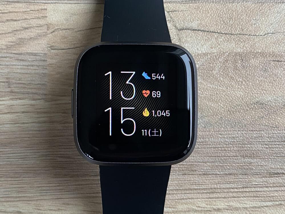 【Fitbit スマートウォッチ Versa2レビュー】セットアップ簡単!エクササイズに最適なフィットビット最上級スマートウォッチ|アプリの睡眠管理機能も優秀!|外観:これがデフォルトの文字盤表示になります。