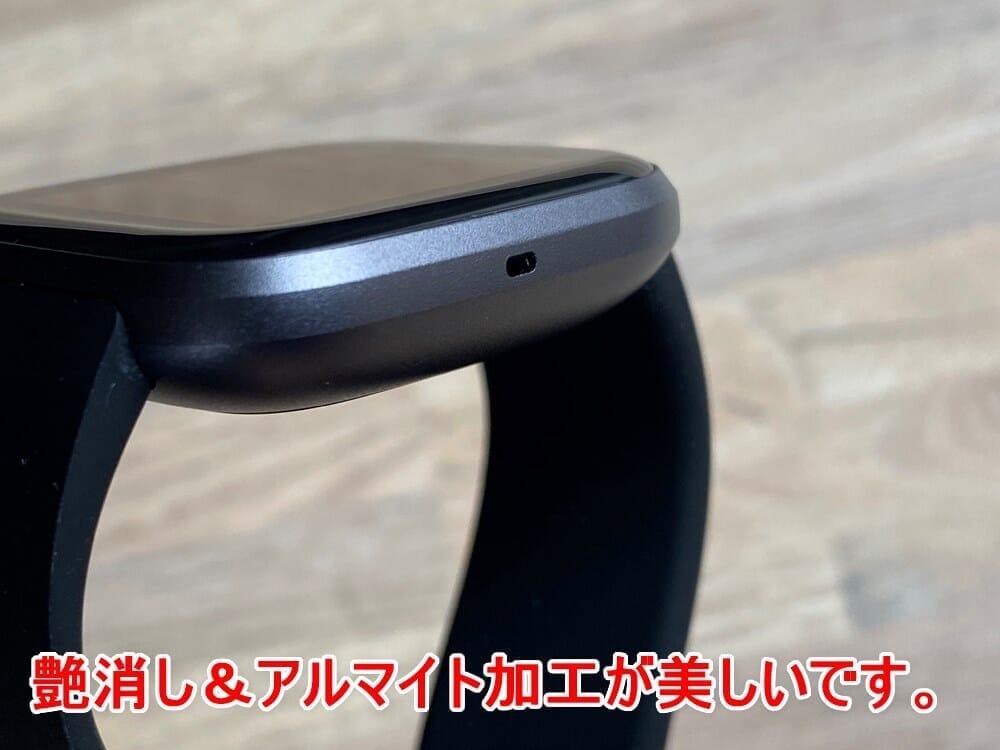 【Fitbit スマートウォッチ Versa2レビュー】セットアップ簡単!エクササイズに最適なフィットビット最上級スマートウォッチ|アプリの睡眠管理機能も優秀!|外観:艶消し&アルマイト加工されたアルミニウム製ケースもリッチ感が出ていて、全然安っぽさ丸出し感はありません。 むしろグレースケールで表現されたグラデーションは美しくすらあります。