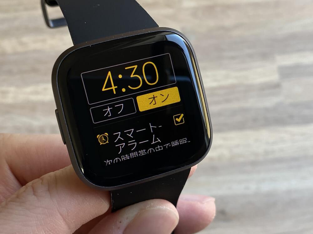 【Fitbit スマートウォッチ Versa2レビュー】セットアップ簡単!エクササイズに最適なフィットビット最上級スマートウォッチ|アプリの睡眠管理機能も優秀!|使ってみて感じたこと:アラーム機能が何気にお気に入り
