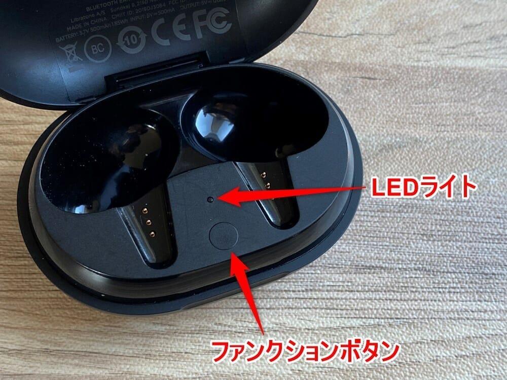 【Libratone TRACK Air+レビュー】android&iPhone対応のノイズキャンセリング完全ワイヤレス!ユニークデザインが映えるLibratone TRACK Air+まとめ|外観:内部はこんな感じ。 LEDライトが1点、その下にファンクションボタンが配されています。