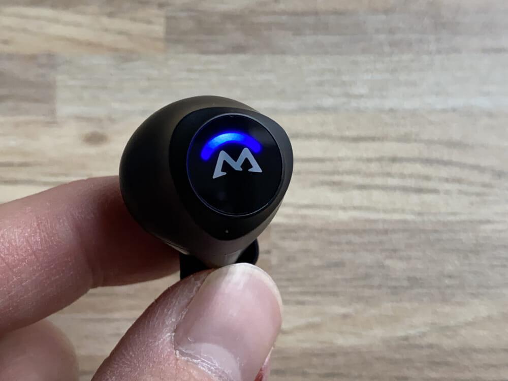 【Mpow M20レビュー】106時間再生・完全防水・AAC&APT-X対応と最強の機能性!ケースがモバイルバッテリーとして使えるユニーク系Bluetoothイヤホン|外観:ガラスコーティングの後ろ側にはLEDライトが配されていますよ。 結構しっかりと輝いてくれるので、「光ってるのか分からない・・・」なんてことにはならないでしょう。