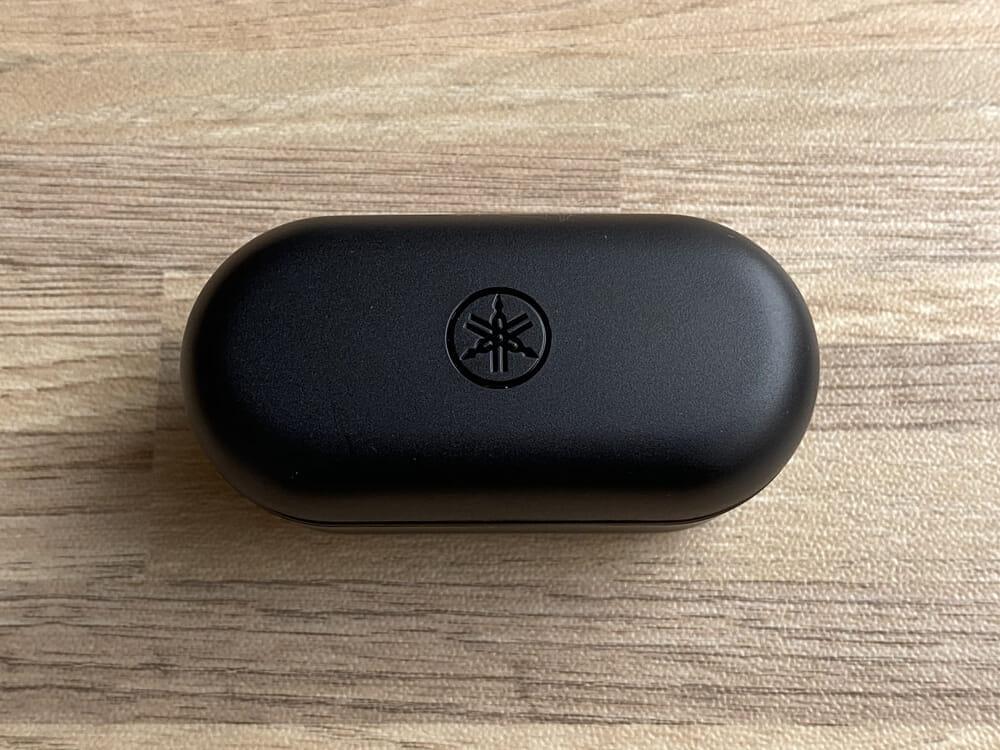 【ヤマハ 完全ワイヤレスイヤホンTW-E3Aレビュー】ヤマハ初の完全ワイヤレスイヤホン!iPhone&android対応で耳への負担軽減機能も搭載したエントリーモデル|外観:充電ケースはフォルムこそ非常にシンプルですが、ヤマハのロゴが映えています。