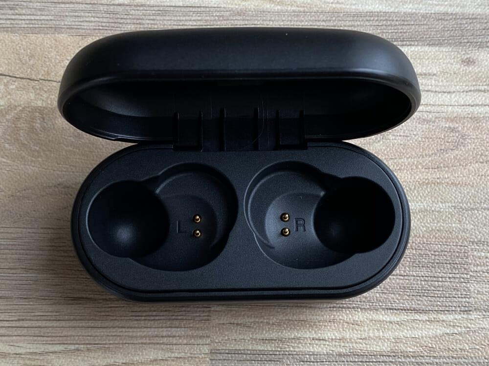 【ヤマハ 完全ワイヤレスイヤホンTW-E3Aレビュー】ヤマハ初の完全ワイヤレスイヤホン!iPhone&android対応で耳への負担軽減機能も搭載したエントリーモデル|外観:ケースの中はこんな感じになっています。