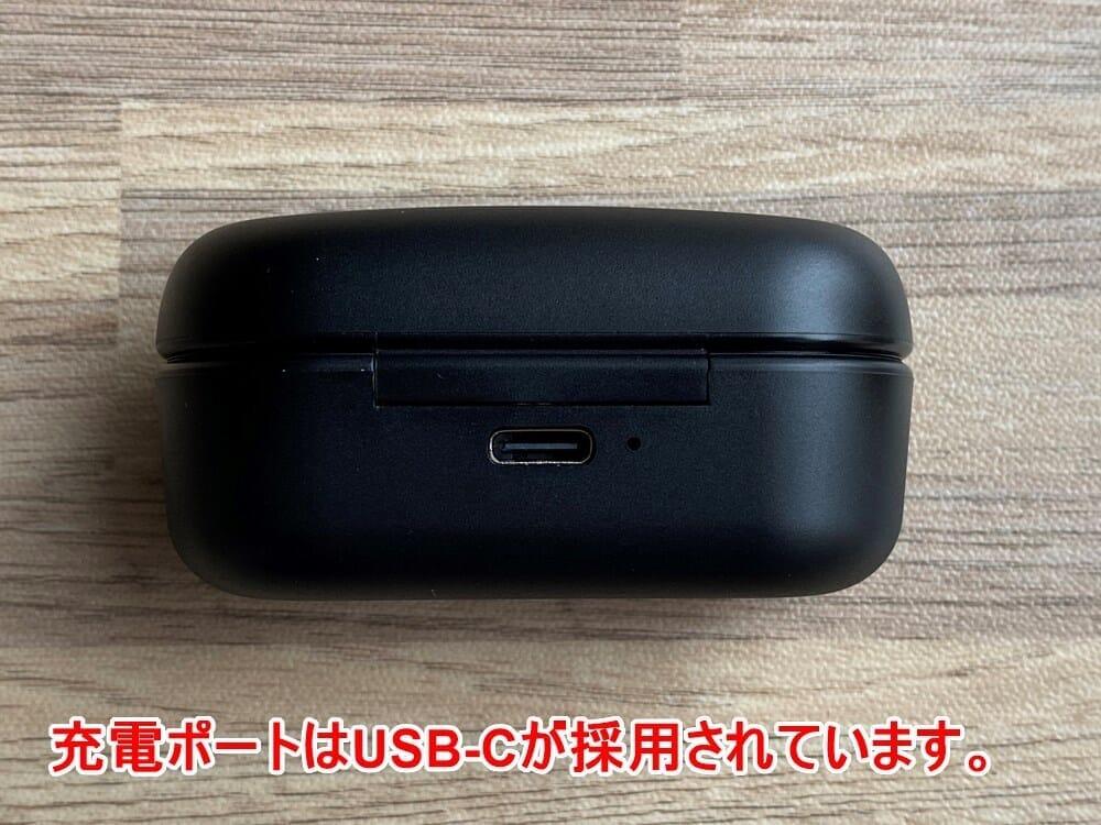 【ヤマハ 完全ワイヤレスイヤホンTW-E3Aレビュー】ヤマハ初の完全ワイヤレスイヤホン!iPhone&android対応で耳への負担軽減機能も搭載したエントリーモデル|外観:USB-C充電ポートはケース背部に搭載されています。 その真横には充電状況などが把握できる1点LEDインジケーターが配されていますよ。
