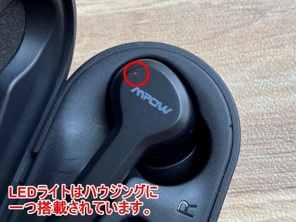 【Mpow Bluetoothイヤホン M9レビュー】三千円台前半の超高コスパBluetoothイヤホン!急速充電・完全防水など必要十分な機能を誇るMpow完全ワイヤレス|外観:LEDライトはハウジング前面の端に配されています。