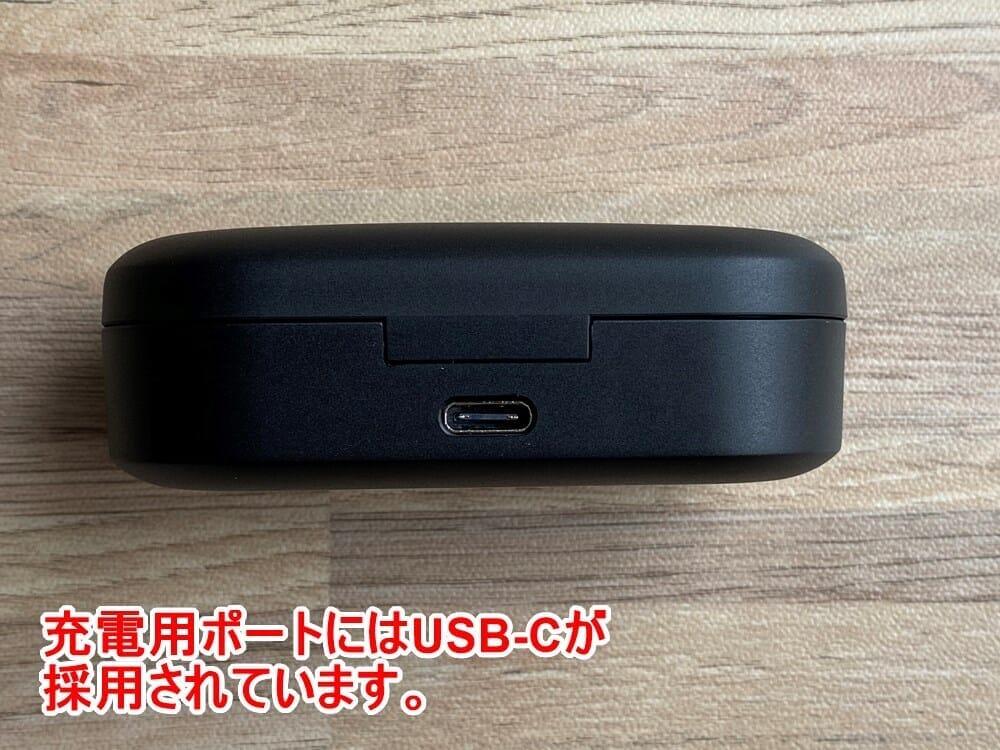 【Mpow Bluetoothイヤホン M9レビュー】三千円台前半の超高コスパBluetoothイヤホン!急速充電・完全防水など必要十分な機能を誇るMpow完全ワイヤレス|外観:ケース背部には充電用USB-Cポート。