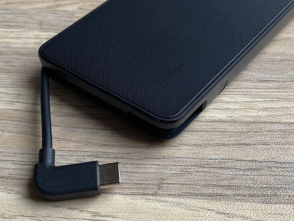 【Anker PowerCore+ 10000 with built-in USB-C Cableレビュー】USB-Cケーブル内蔵&PD急速充電対応!充電ケーブル要らずのモバイルバッテリー|外観:今回の目玉機能である本体に内蔵された充電ケーブルは、LEDインジケーターボタンの横に搭載されています。