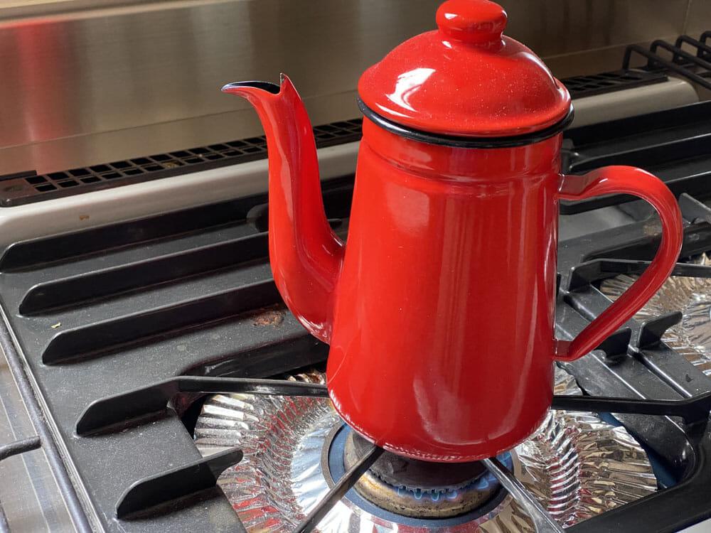 【美味しいコーヒーの入れ方】プロ直伝のコーヒーの入れ方を伝授!クリーンな味わいがクセになるハンドドリップ法|バリスタ級のコーヒーをご自宅で!|コーヒーを入れる手順:2.お湯を沸かして、80~85度に冷ます