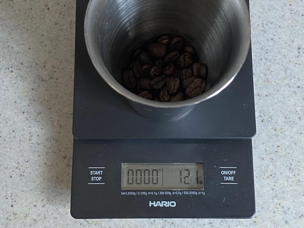 【美味しいコーヒーの入れ方】プロ直伝のコーヒーの入れ方を伝授!クリーンな味わいがクセになるハンドドリップ法|バリスタ級のコーヒーをご自宅で!|コーヒーを入れる手順:3.コーヒー豆を挽いて、フィルターにセットする