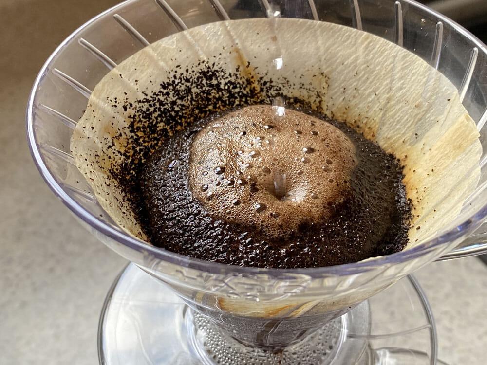 【美味しいコーヒーの入れ方】プロ直伝のコーヒーの入れ方を伝授!クリーンな味わいがクセになるハンドドリップ法|バリスタ級のコーヒーをご自宅で!|コーヒーを入れる手順:5.ドーム状の泡を崩さないようにお湯を注ぐ