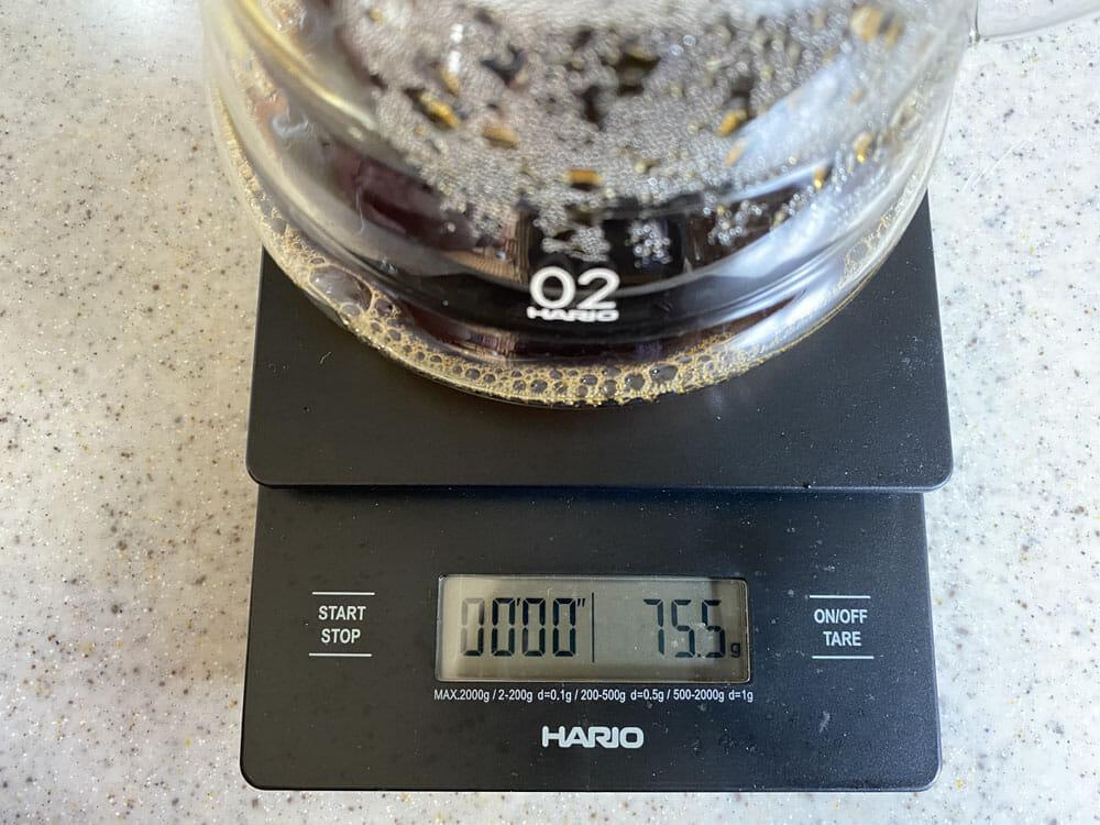 【美味しいコーヒーの入れ方】プロ直伝のコーヒーの入れ方を伝授!クリーンな味わいがクセになるハンドドリップ法|バリスタ級のコーヒーをご自宅で!|コーヒーを入れる手順:6.コーヒーの抽出を本来の半量で止める