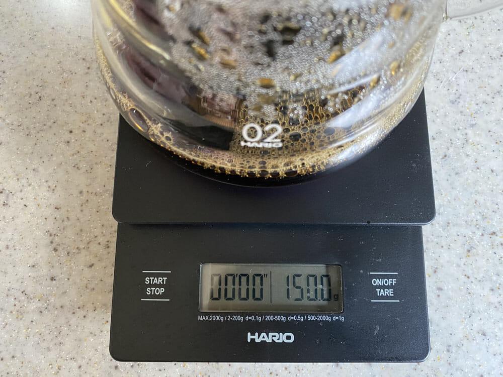 【美味しいコーヒーの入れ方】プロ直伝のコーヒーの入れ方を伝授!クリーンな味わいがクセになるハンドドリップ法|バリスタ級のコーヒーをご自宅で!|コーヒーを入れる手順:7.残り半量分のお湯をコーヒー液に足す