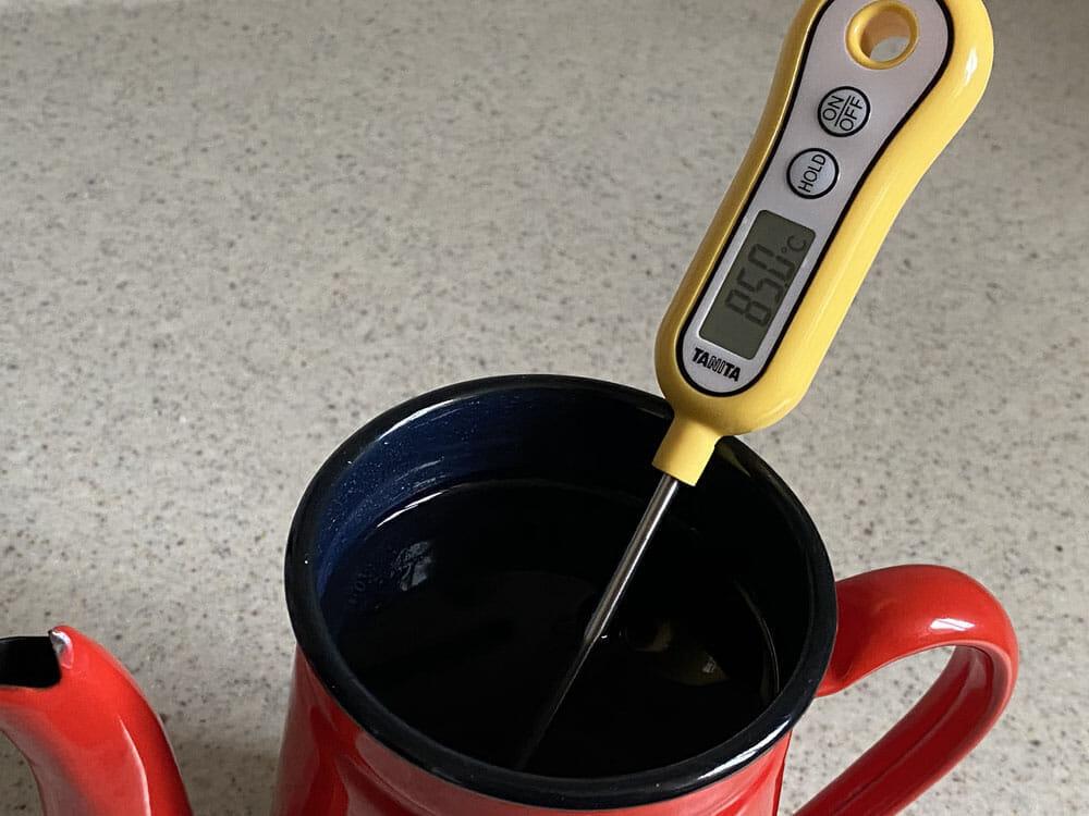 【美味しいコーヒーの入れ方】プロ直伝のコーヒーの入れ方を伝授!クリーンな味わいがクセになるハンドドリップ法|バリスタ級のコーヒーをご自宅で!|コーヒーを入れる手順:2.お湯を沸かして、80~85度に冷ます:お湯の温度が高い場合は、ハンドドリップに最適な80~85度に冷ましましょう。 湯温が高すぎるとコーヒー豆から雑味を多く抽出してしまうので、ここはしっかり温度計で計って調整します。