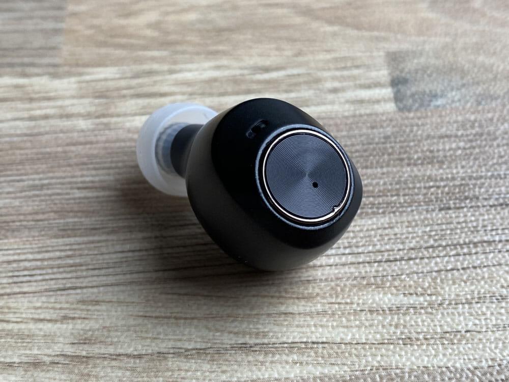 【AG TWS04Kレビュー】final監修の和製高音質TWS!9H連続再生&完全防水で史上最高の装着感を実現させた完全ワイヤレスイヤホン|付属の独自イヤピが秀逸|外観・付属品:左右に設けられたボタン部分は、美しい光沢感を放っています。