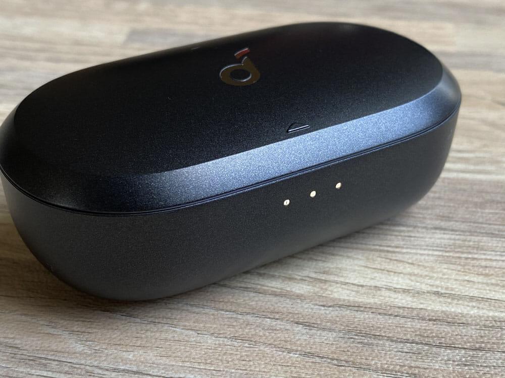 【Anker Soundcore Spirit Dot 2レビュー】スポーツ向けワイヤレスイヤホンの最適解!?完全防水で最大5.5時間連続再生&急速充電可能な完全ワイヤレスイヤホン|外観:LEDインジケーターは、ケース前面に配されています。 相変わらずAnkerのLEDは発色が良くて見やすいです。