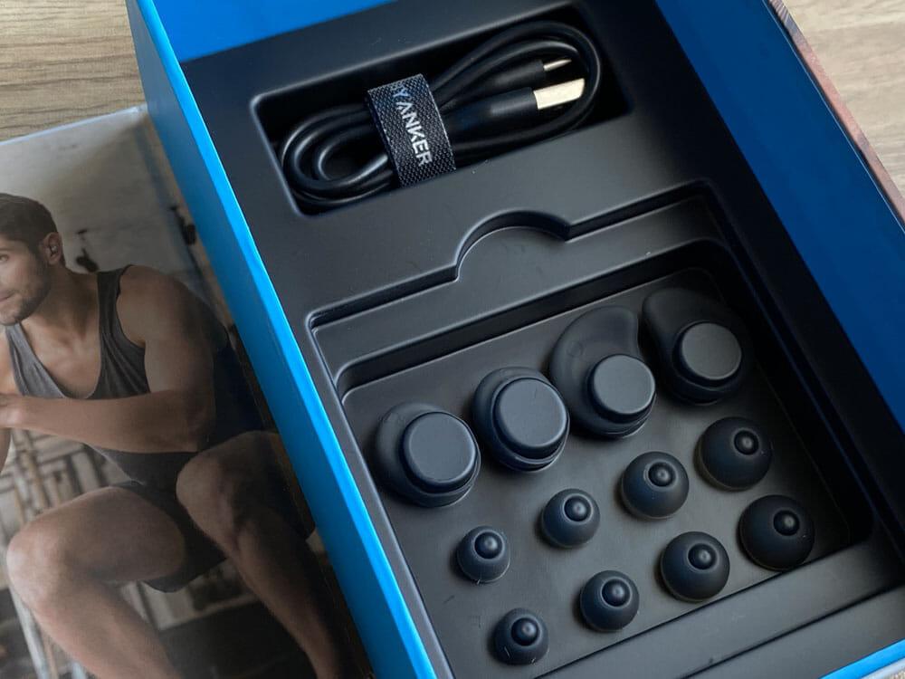 【Anker Soundcore Spirit Dot 2レビュー】スポーツ向けワイヤレスイヤホンの最適解!?完全防水で最大5.5時間連続再生&急速充電可能な完全ワイヤレスイヤホン|付属品:相変わらず種類豊富なイヤーチップ