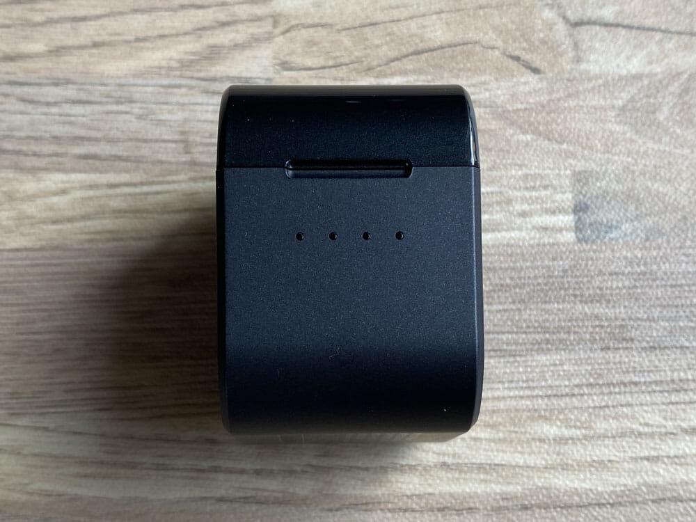 【AVIOT TE-D01gvレビュー】最新コーデックAPT-X Adaptive対応で超低遅延!!更なる進化を遂げたAVIOTの完全ワイヤレスイヤホン|ペアリングも超カンタン|外観:ケース側面には4点LEDライトが搭載されています。