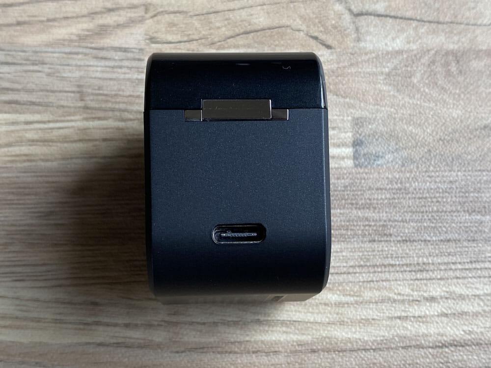 【AVIOT TE-D01gvレビュー】最新コーデックAPT-X Adaptive対応で超低遅延!!更なる進化を遂げたAVIOTの完全ワイヤレスイヤホン|ペアリングも超カンタン|外観:反対側の面にはUSB-C充電ポート。