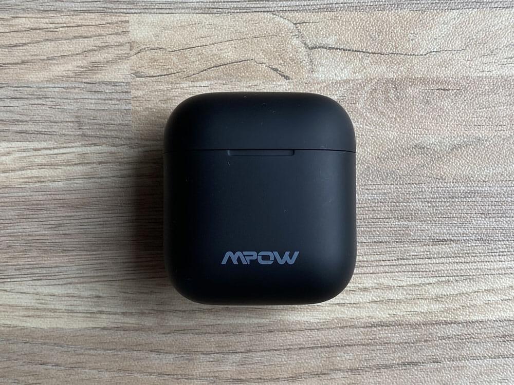 【Mpow X3 ANCレビュー】1万円未満でノイズキャンセリング機能搭載!最長7時間連続再生や10mmドライバーなど基本性能も高い完全ワイヤレスイヤホン|外観:充電ケースは、AirPodsの充電ケースを一回り大きくしたような印象。