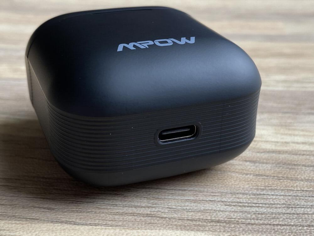 【Mpow X3 ANCレビュー】1万円未満でノイズキャンセリング機能搭載!最長7時間連続再生や10mmドライバーなど基本性能も高い完全ワイヤレスイヤホン|外観:Type-C充電ポートは、ケースの底面に配されています。