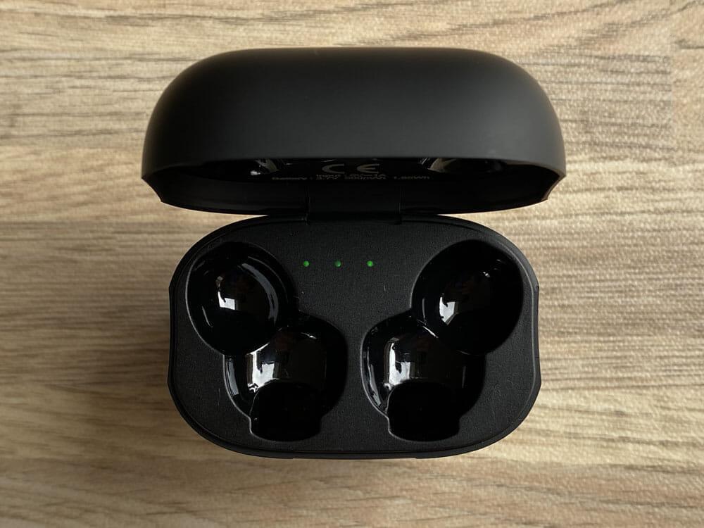 【Mpow X3 ANCレビュー】1万円未満でノイズキャンセリング機能搭載!最長7時間連続再生や10mmドライバーなど基本性能も高い完全ワイヤレスイヤホン|外観:ケースの中身はこんな感じで、4点式LEDが搭載されていますよ。