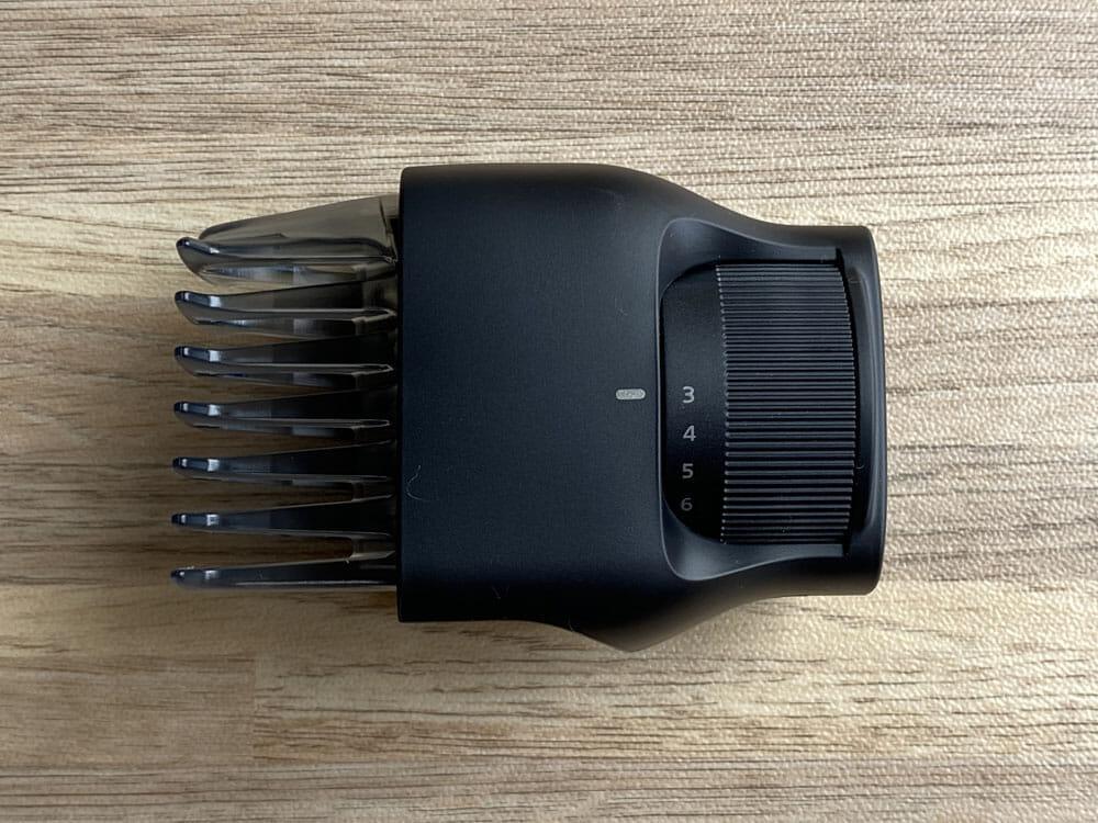 【ボディトリマーER-GK81レビュー】すね毛からアンダーヘアまで処理できる!メンズグルーミングに最適なパナソニック製ボディトリマー|チクチクしない剃り味|外観:ダイヤル式長さそろえアタッチメントは、根元にあるダイヤルを回して刈り込む長さを指定します。