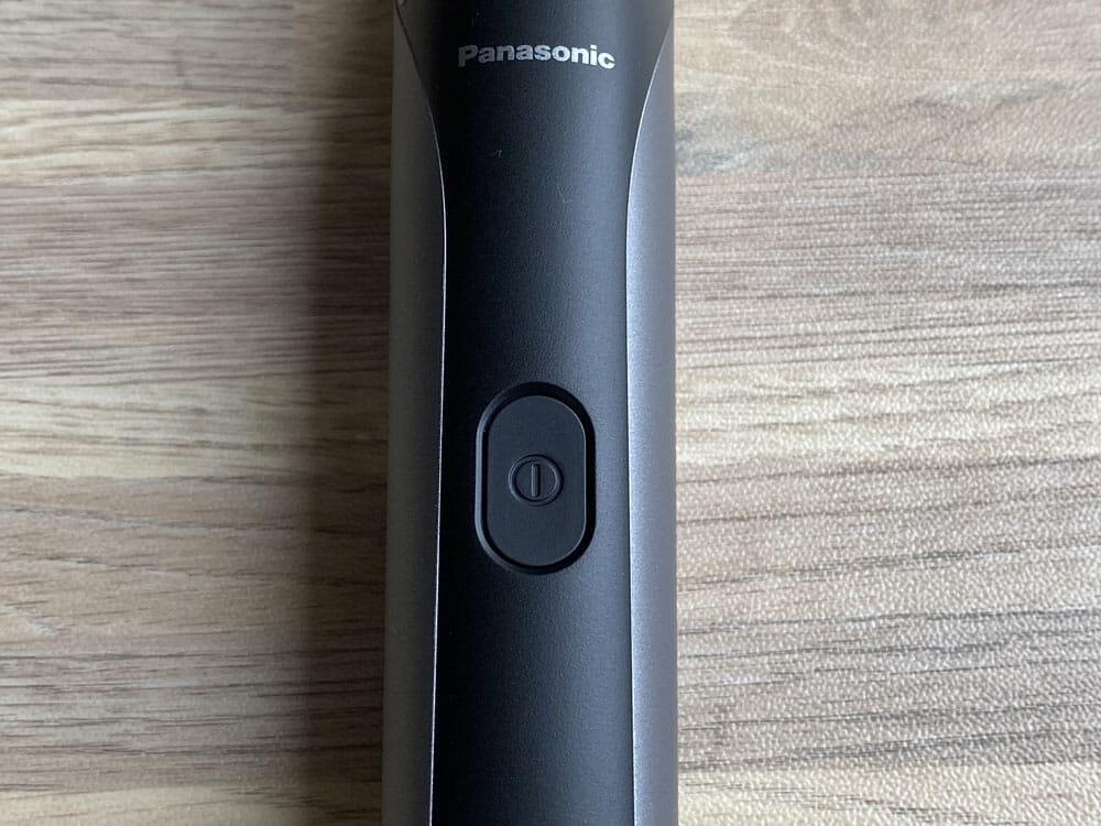【ボディトリマーER-GK81レビュー】すね毛からアンダーヘアまで処理できる!メンズグルーミングに最適なパナソニック製ボディトリマー|チクチクしない剃り味|外観:電源ボタンは製品の前面に配されています。 ワンプッシュで電源のON・OFFが可能です。