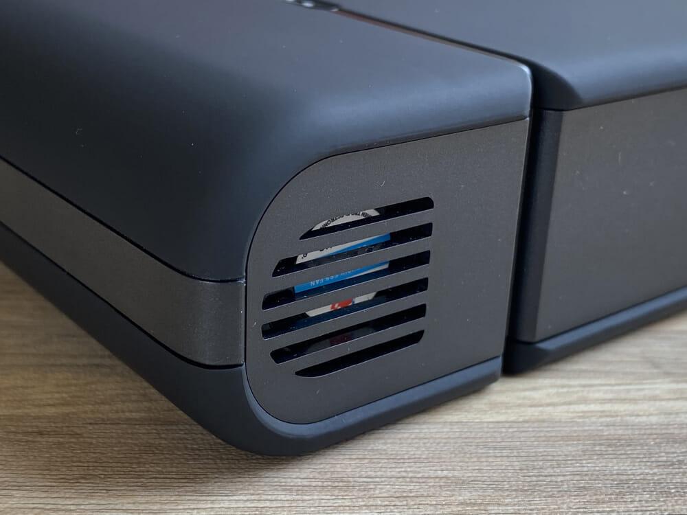 【RavPower RP-PB055新装版レビュー】超大容量30000mAh・AC100W&PD60W出力の最強性能を誇るモバイルバッテリーRavPower RP-PB055新装版|外観・付属品:バッテリーの熱を逃がすための通風口は、本体の角に設けられています。 冷却ファンも見えますね。