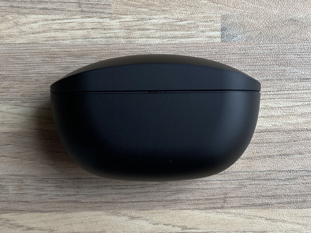 【ソニーWF-SP800Nレビュー】運動に最適なノイズキャンセリング搭載Bluetoothイヤホン!音質・バッテリー性能にも妥協無しの完全ワイヤレスイヤホン|外観:正面から見るとこのようなフォルムになっています。 全体的にアールが効いたデザインになっていますね。