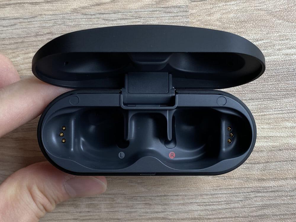 【ソニーWF-SP800Nレビュー】運動に最適なノイズキャンセリング搭載Bluetoothイヤホン!音質・バッテリー性能にも妥協無しの完全ワイヤレスイヤホン|外観:ケース内部はこのような感じです。 こちらも左右が分かりやすく赤丸の刻印がされています。