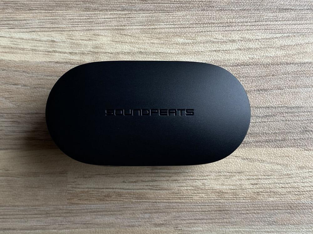 【SOUNDPEATS TrueFree2レビュー】TrueFree+から更に進化を遂げた最新モデル!音質・防水性能・接続安定性など価格不相応な高コスパ完全ワイヤレスイヤホン|外観:充電ケースは非常にシンプルなデザイン。 かえって余計なデザインが省かれているので、安っぽさが無くていいですね。