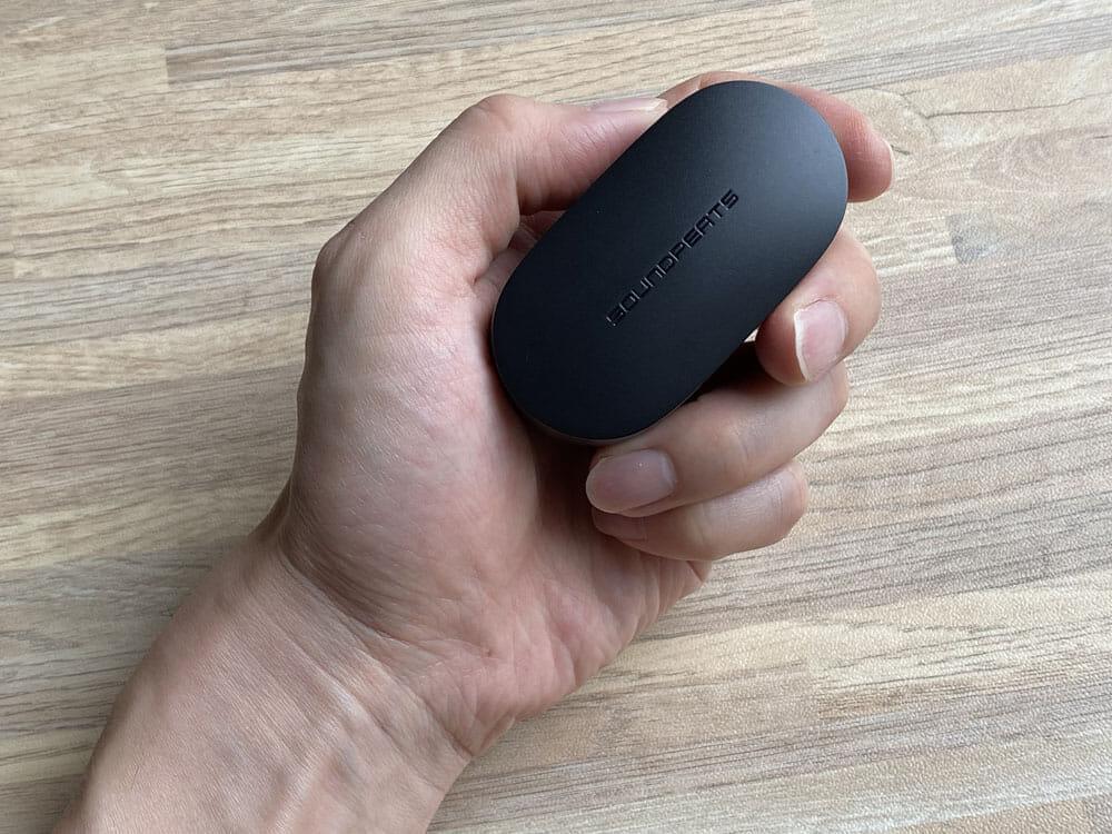 【SOUNDPEATS TrueFree2レビュー】TrueFree+から更に進化を遂げた最新モデル!音質・防水性能・接続安定性など価格不相応な高コスパ完全ワイヤレスイヤホン|外観:比較的コンパクトなので持ち運びやすさは十分でしょう。 重さもわずか38gと上々のライト感。