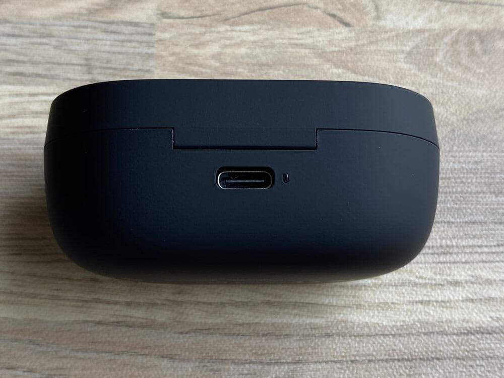 soundpeats-truengine3se(14)|外観:充電ポートはケース背部に搭載されています。