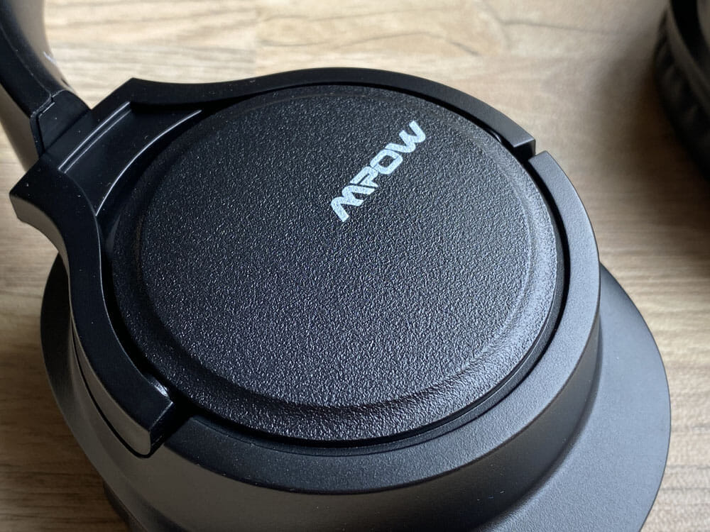 【Mpow H7レビュー】低価格帯の密閉型Bluetoothヘッドホン決定版!40mmドライバーが奏でる高音質サウンドと快適な無線接続を実現させた高コスパヘッドホン|外観:ロゴをあしらったハウジング部分には、ザラッとした特殊加工が施されていて、良いアクセントになっています。