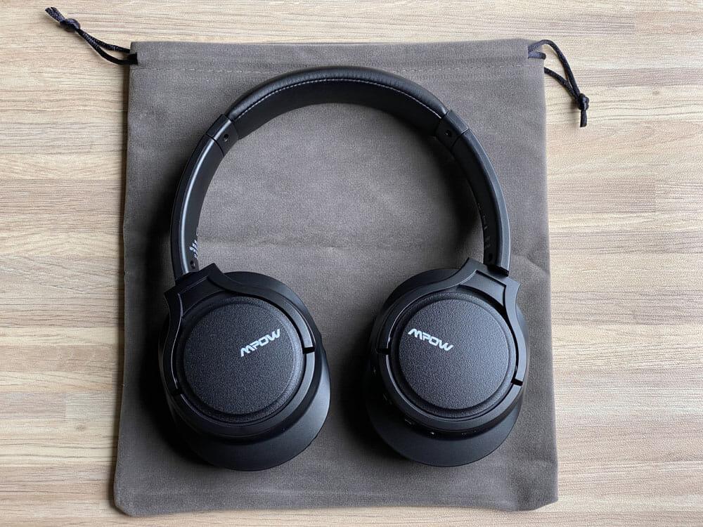 【Mpow H7レビュー】低価格帯の密閉型Bluetoothヘッドホン決定版!40mmドライバーが奏でる高音質サウンドと快適な無線接続を実現させた高コスパヘッドホン|付属品:付属品については特筆すべき点はありませんが、個人的にはベロアっぽい素材のヘッドホン収納バッグが付属していたのは嬉しかったです。