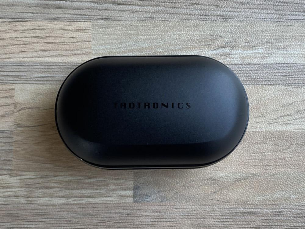 【TaoTronics SoundLiberty 94レビュー】ノイズキャンセリング機能搭載!外音取り込み機能・MCSync技術の安定無線接続も秀逸な高コスパBluetoothイヤホン|外観:充電ケースは、TaoTronics特有の雰囲気を継承したものになっています。