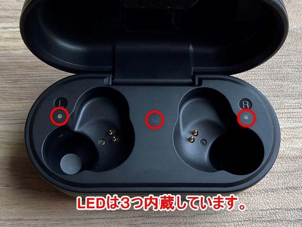 【ヤマハ完全ワイヤレスイヤホンTW-E5Aレビュー】アンビエントサウンド機能も搭載!耳に優しい音を奏でるヤマハの実力派完全ワイヤレスイヤホン|外観:ケースの中には3つのLEDライトが搭載されていて、中央が充電ケースのインジケーターの役割を担い、左右のLEDはそれぞれのイヤホンの充電状況を表してくれます。