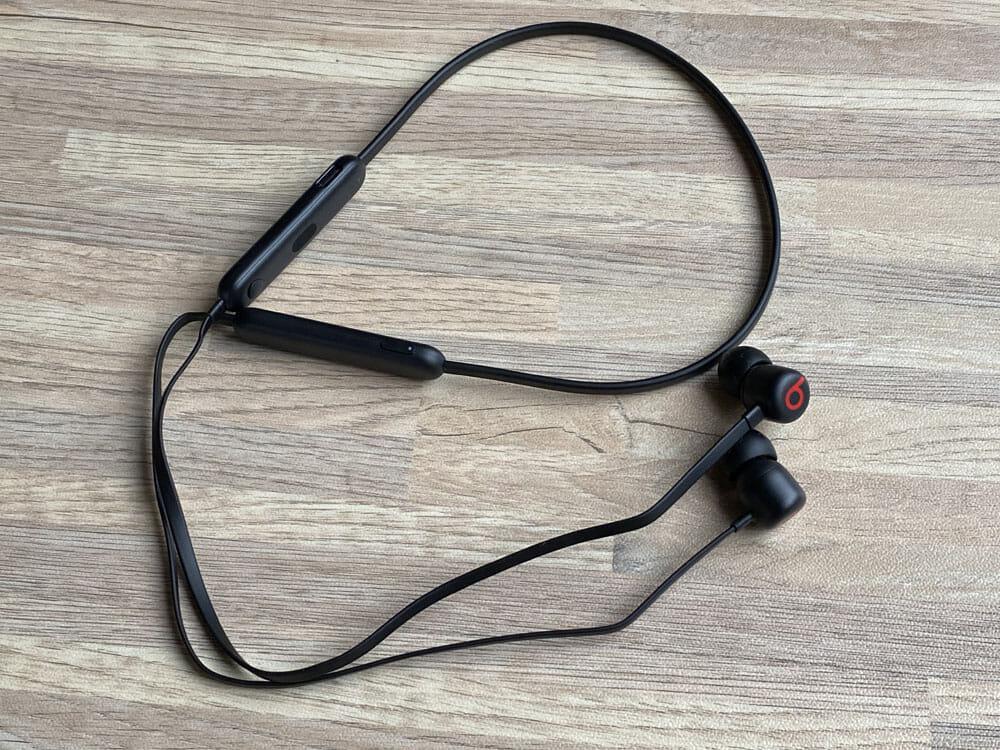 【Beats Flexレビュー】重低音の秀逸さ・コスパの高さはBeatsXを完全踏襲!BeatsXをさらに高性能&リーズナブルにした後継機|USB-C搭載が嬉し過ぎる|外観