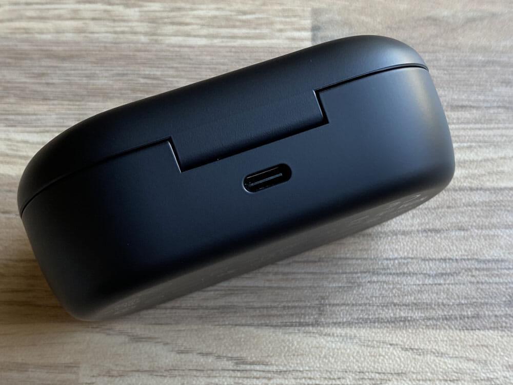 【BOSE QuietComfort Earbudsレビュー】業界の覇者BOSEのANC完全ワイヤレス!圧倒的なノイズキャンセリングを体感できる至極の完全ワイヤレスイヤホン|外観:背部にはUSB-C充電ポートを内蔵。