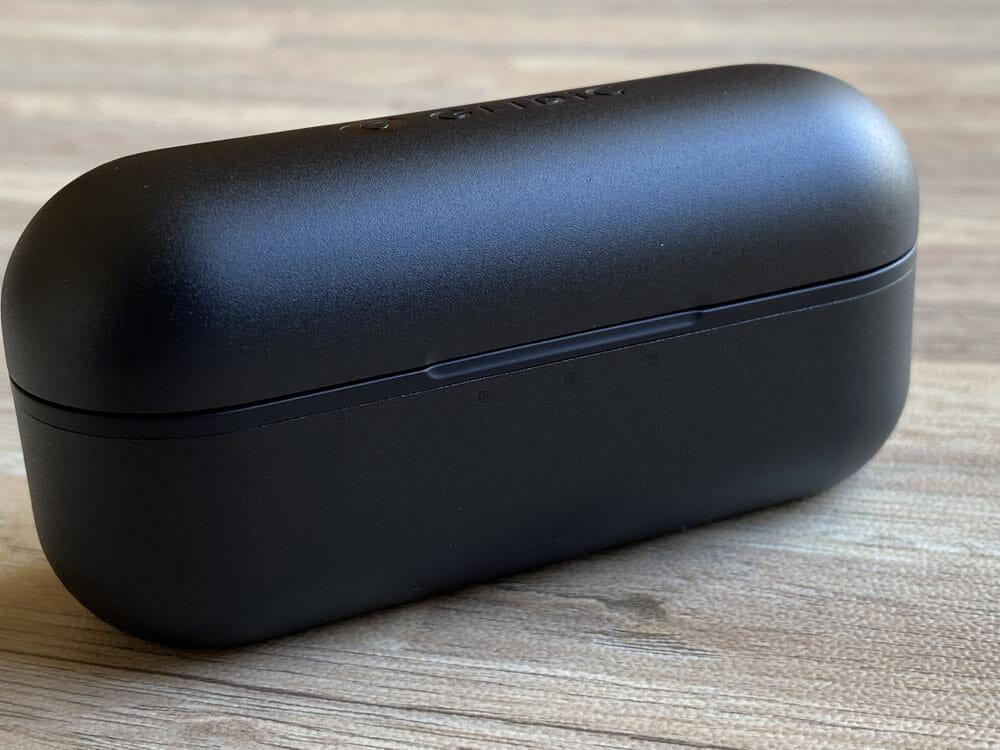 【GLIDiC Sound Air TW-7100レビュー】バッテリー&充電性能と装着感にこだわった完全ワイヤレス!外音取り込み機能搭載で高コスパなGLIDiCハイエンド機|外観:前面には3点式のLEDインジケータを内蔵。