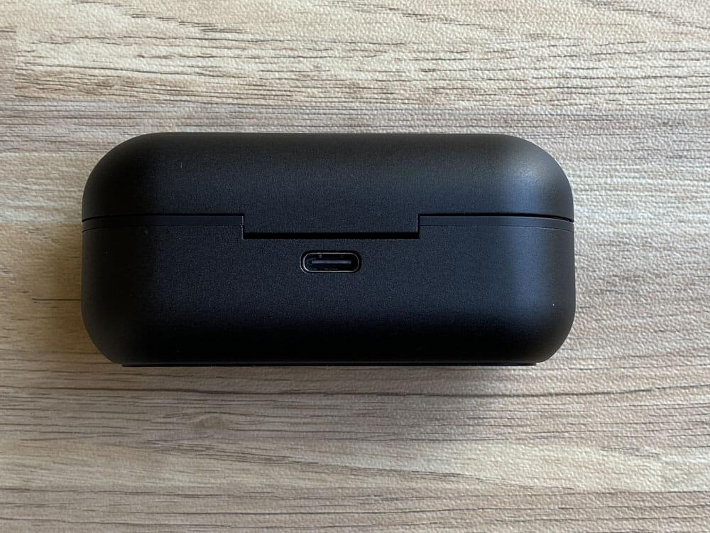 【GLIDiC Sound Air TW-7100レビュー】バッテリー&充電性能と装着感にこだわった完全ワイヤレス!外音取り込み機能搭載で高コスパなGLIDiCハイエンド機|外観:背部にはType-C充電ポートを搭載しています。