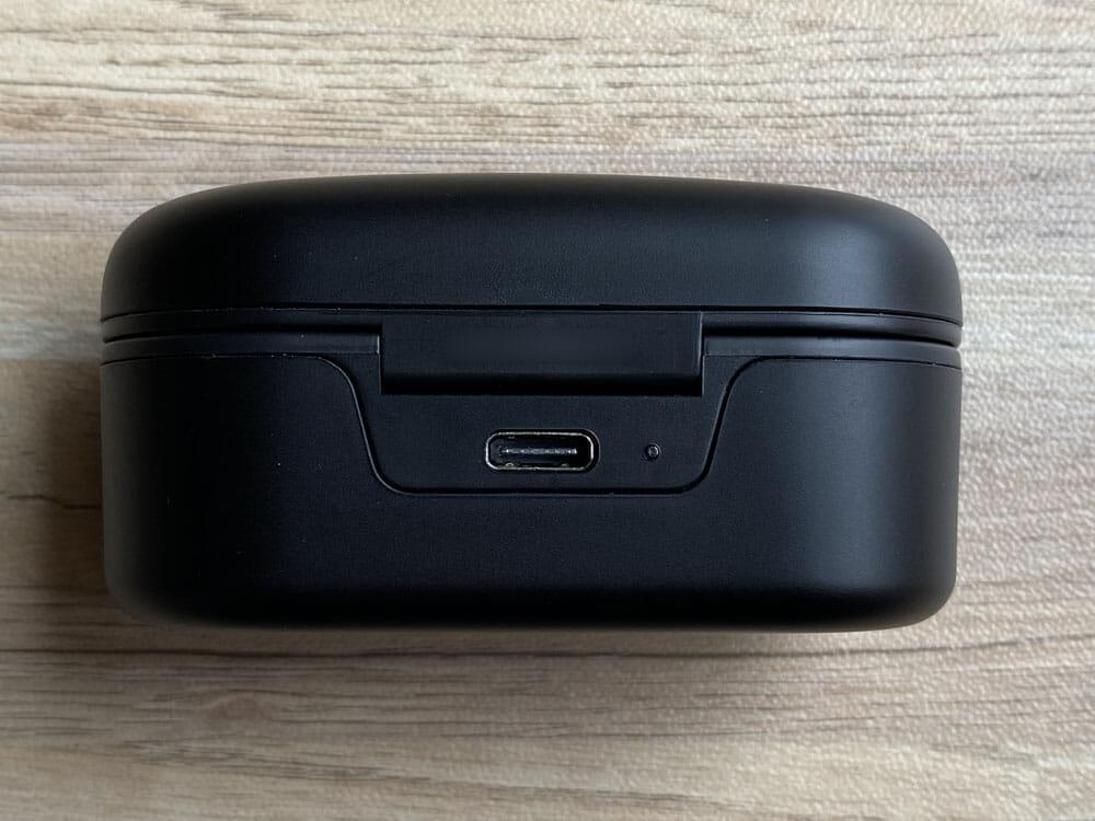 【ヤマハ完全ワイヤレスイヤホンTW-E7Aレビュー】アクティブノイキャン搭載のヤマハTWS最上位モデル!外音取り込み・リスニングケアなど機能充実|外観:ケース背部にはType-C充電ポートが備え付けられていて、そのすぐ隣には充電状況が分かるLEDライトが搭載されていますよ。
