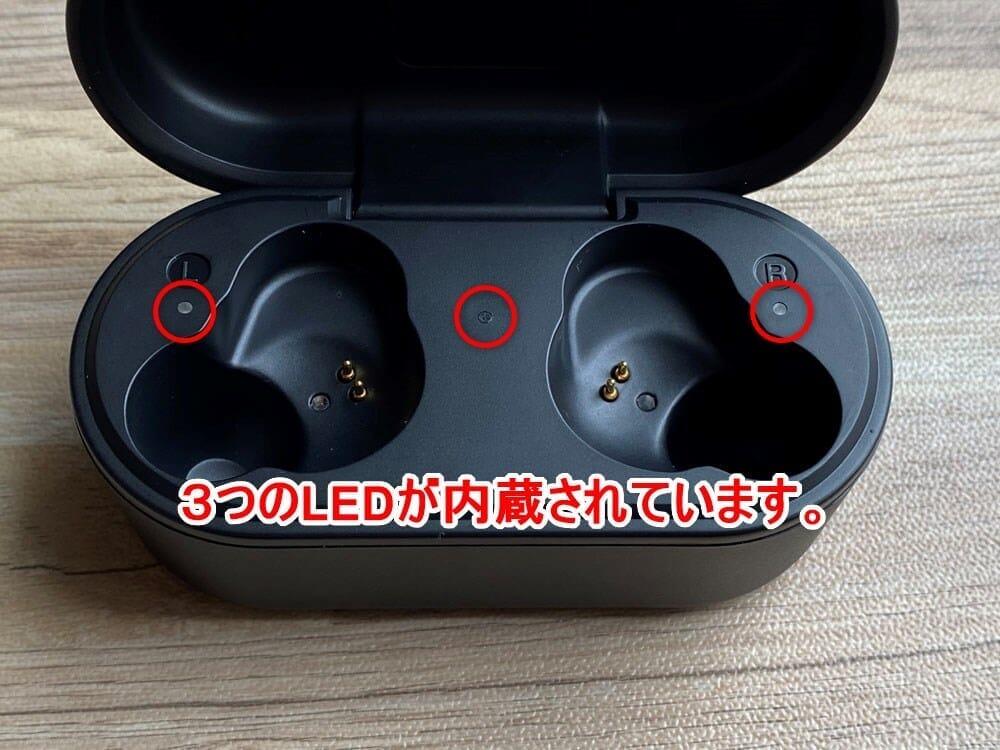 【ヤマハ完全ワイヤレスイヤホンTW-E7Aレビュー】アクティブノイキャン搭載のヤマハTWS最上位モデル!外音取り込み・リスニングケアなど機能充実|外観:ケース内部には3つのLEDライトを装備。 中央のLEDがケースのバッテリー残量を示す役割を担っていて、左右のLEDはそれぞれのイヤホンの充電状況を示します。