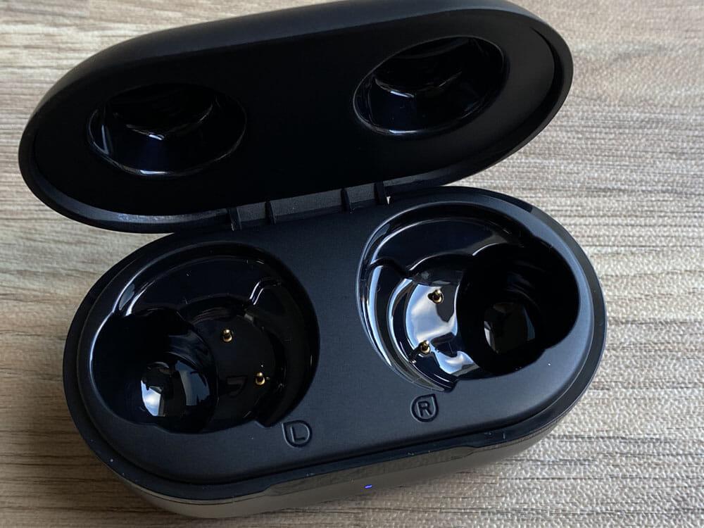 【Mpow M30レビュー】4千円未満の圧倒的コスパ感!!超安定接続・良好な装着安定性・満足な音質・完全防水と必要なスペック揃い踏みの超高コスパTWS|外観:ケース内部はマット&グロスなデザイン。 イヤホンの収まりが良く、充電も端子がズレることがないので使いやすい印象を受けましたよ。